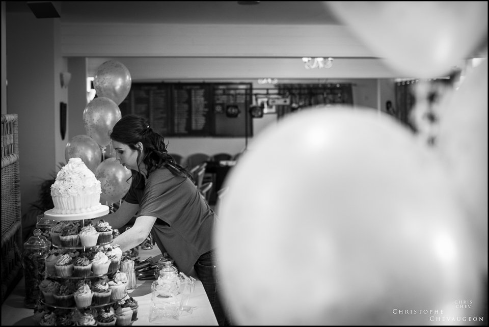 arranging the cake wedding photography
